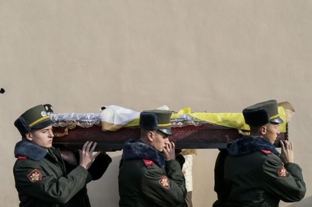 Des soldats transportent le cercueil d'un combattant, Fedir... (PHOTO GLEB GARANICH, REUTERS)