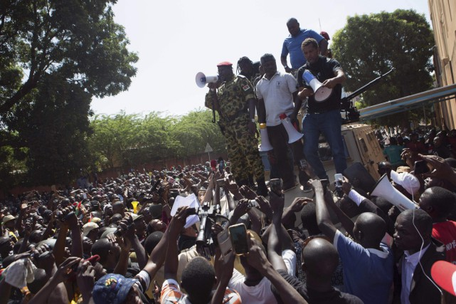 Le colonel Isaac Zida s'adressant à la foule.... (Photo Reuters)
