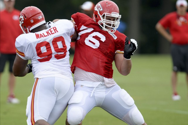Le joueur de ligne québécois Laurent Duvernay-Tardif tente... (Photo Sait Serkan Gurbuz, Associated Press)