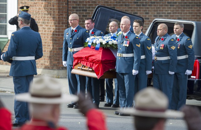 Des militaires portent le cercueil de l'adjudant Patrice...