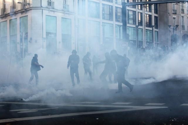 La police antiémeute a tiré des capsules lacrymogènes... (Photo Laetitia Notarianni, AP)