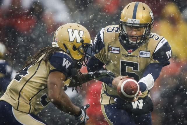 Le quart des Blue Bombers Drew Willy remet... (Photo Jeff McIntosh, La Presse Canadienne)
