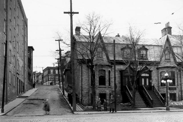 La rue Saint-Jean à l'intersection de Turnbull,en mai... (Photo archives Ville de Québec (Numéro de négatif N017621))