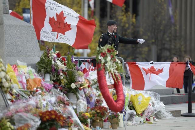 Les fleurs, les cadeaux et les messages déposés au Monument commémoratif de... (Photo Adrian Wyld, PC)