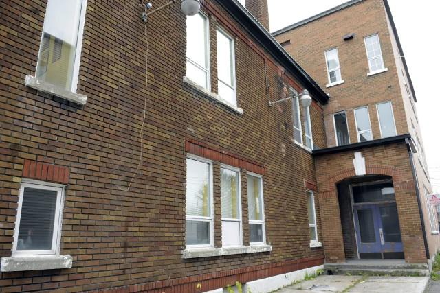 Le mur extérieur droit du bâtiment, vu d'en... ((Photo Mariane L. St-Gelais))