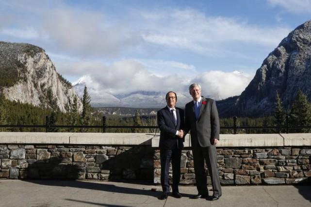 Le président français était aux côtés du premier... (Photo Jeff McIntosh, La Presse Canadienne)