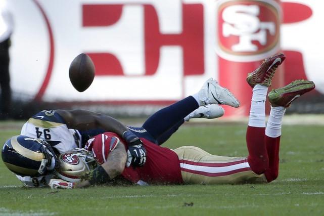 Colin Kaepernick a échappé le ballon à la... (Photo AP)