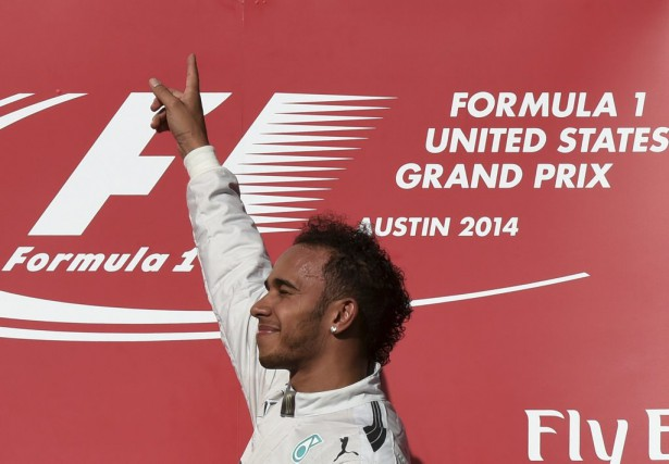 Lewis Hamilton célèbre sa 10e victoire de la... (Agence France-Presse)