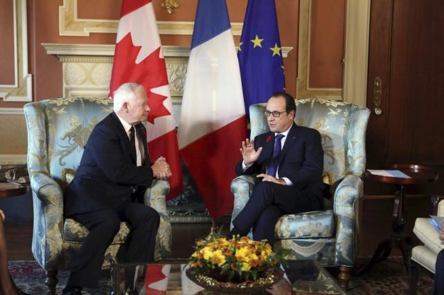 Le président français Francois Hollande, à droite, en... (PHOTO FRED CHARTRAND, PC)