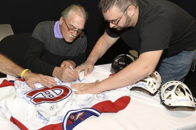 L'ancien gardien Rogatien Vachon a signé des autographes... (Photo fournie par Alain Bellier, Classic Auctions)