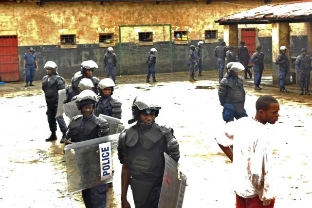 Des policiers anti-émeute montent la garde dans la... (PHOTO ARCHIVES AFP/STRINGER)
