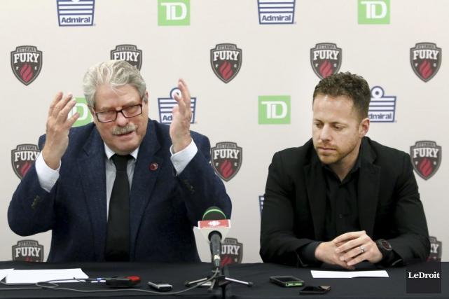 Le président du Fury, John Pugh, et l'entraîneur-chef... (Patrick Woodbury, LeDroit)