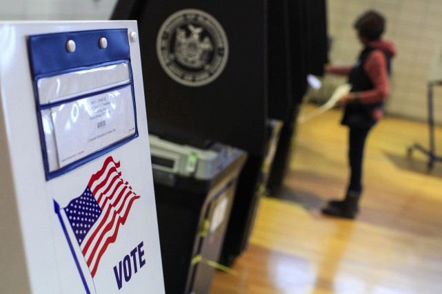 Un femme enregistre son vote à Staten Island,... (PHOTO EDUARDO MUNOZ, REUTERS)