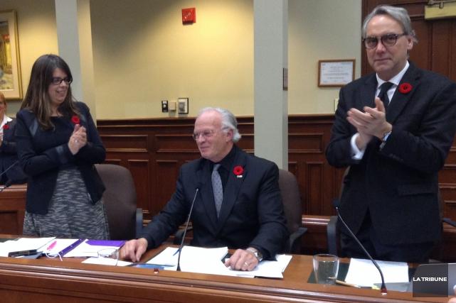 Le conseiller municipal Robert Pouliot a été ovationné... (La Tribune, Jonathan Custeau)