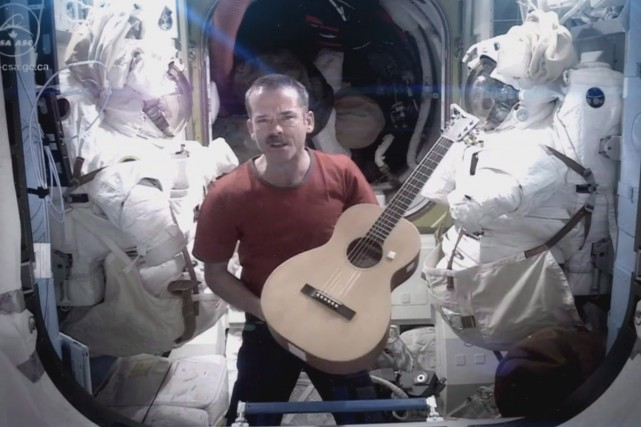 Chris Hadfield chante Space Oddity dans l'espace.... (Photo: archives La Presse Canadienne)
