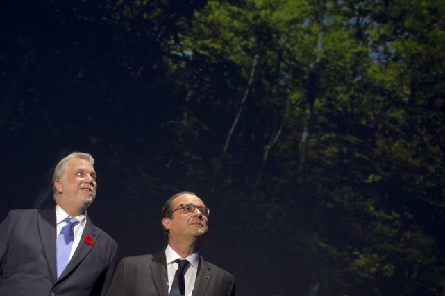 Flanqué du premier ministre Philippe Couillard, le président... (PHOTO ALAIN JOCARD, AFP)