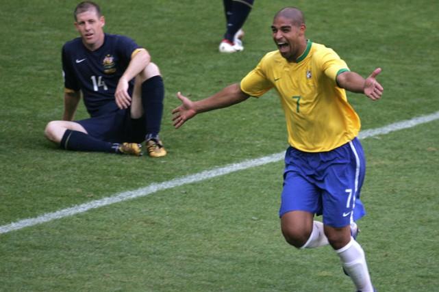 Adriano célèbre un but lors de la Coupe... (Archives AP)
