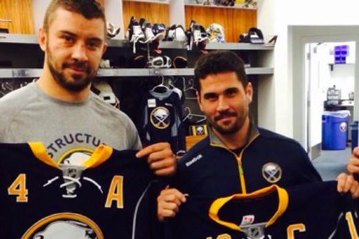 Josh Gorges et Brian Gionta... (Photo tirée du compte Twitter des Sabres de Buffalo)