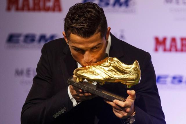 Cristiano Ronaldo a embrassé son trophée du Soulier... (Photo Sergio Perez, Reuters)