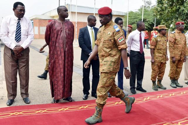 Le lieutenant-colonel Isaac Zida accueille les trois chefs... (PHOTO ISSOUF SANOGO, AFP)