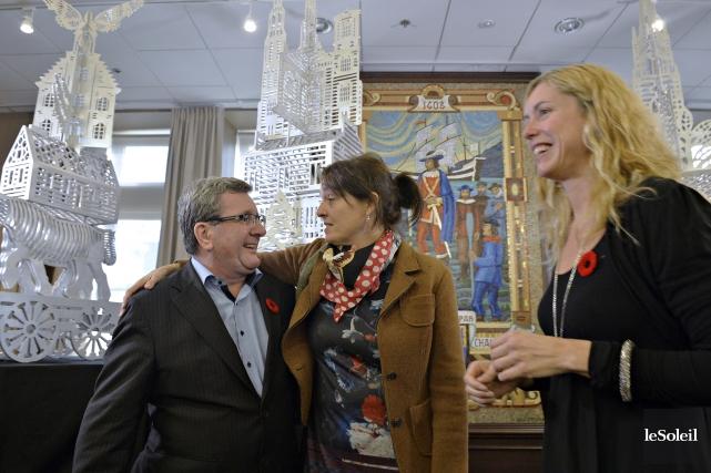 La sculpteure Lucie Pelletier est entourée du maire... (Le Soleil, Pascal Ratthé)