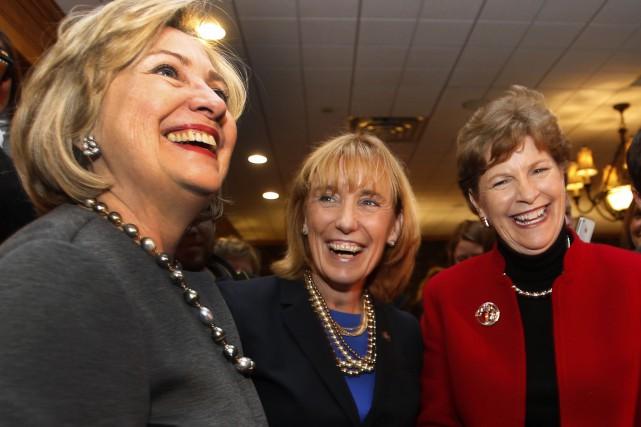 Les démocrates Hillary Clinton, Jeanne Shaheen et Maggie... (Photo AP)