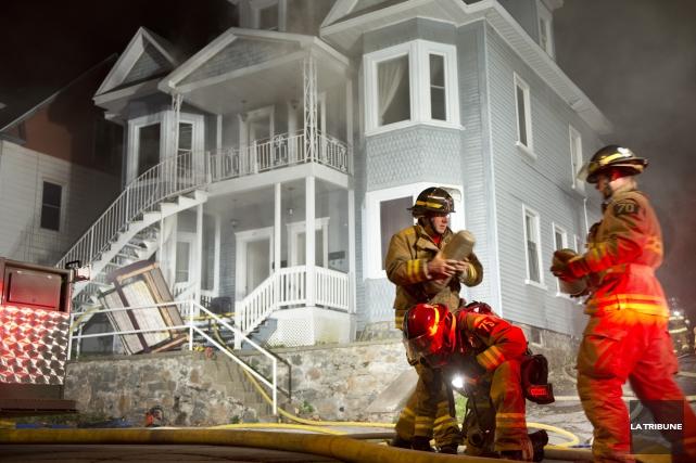 Un incendie a lourdement endommagé un immeuble à logements de la rue Laurier... (Imacom, Julien Chamberland)