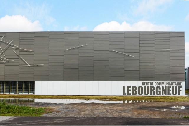 À droite, le centre communautaire Lebourgneuf arbore l'oeuvre... (Photo Ville de Québec)