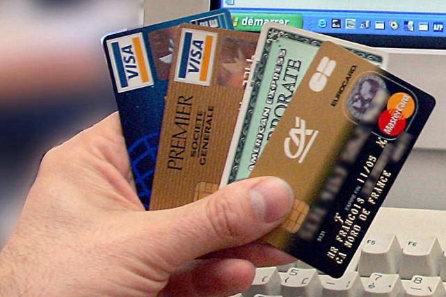Les consommateurs paient cher leur dépendance à l'argent... (PHOTO ARCHIVES AFP)
