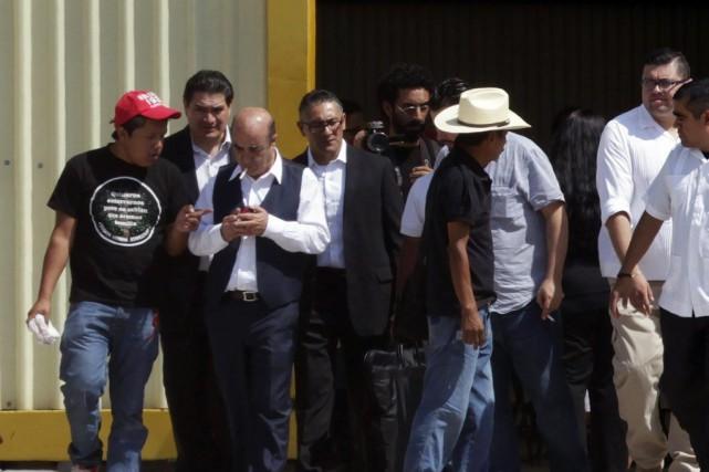 Le procureur général Jesus Murillo Karam (3e à... (PHOTO DANIEL BECERRIL, REUTERS)