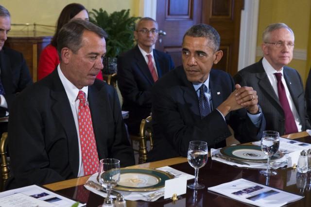 Barack Obama entouré du républicain John Boehner,à sa... (Photo Evan Vucci, AP)