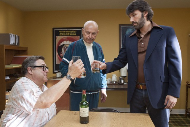 John Goodman, Alan Arkin et Ben Affleck dans... (Photo fournie par Warner Bros.)