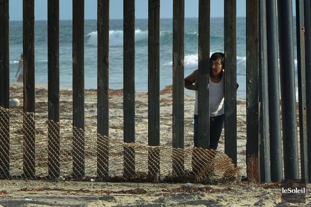 À San Diego, la clôture séparant le Mexique... (Photothèque Le Soleil)