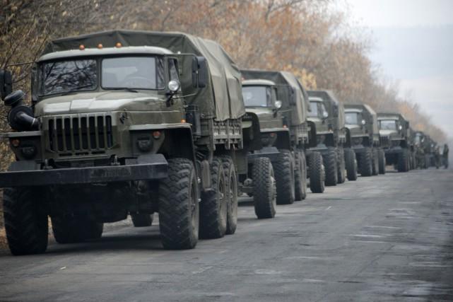Des véhicules militaires semblant appartenir aux rebelles se... (Photo Mstyslav Chernov, AP)
