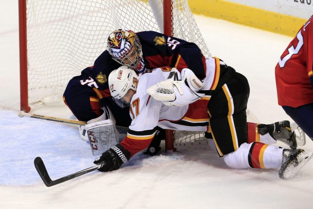 Lance Bouma (17) et le gardien du but... (Photo Robert Mayer, USA TODAY Sports)
