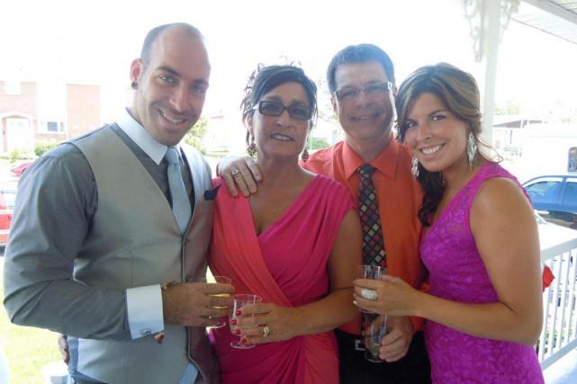 Ian Gélinas entouré de ses parents, Édith et... (Photo fournie par la famille)