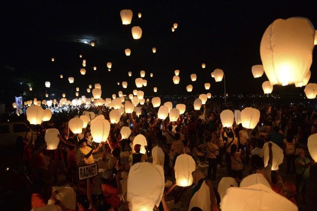 Les résidents de Tacloban et les survivants du... (AFP, Ted Aljibe)