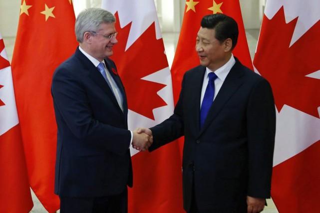 Le premier ministre canadien Stephen Harper en compagnie... (PHOTO PETAR KUJUNDZIC, AP)