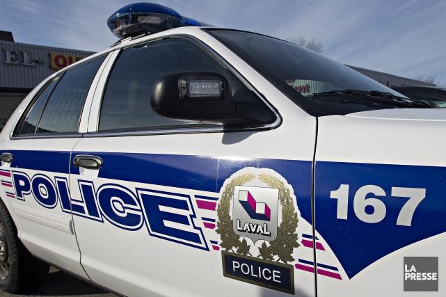 Le Service la police de Laval interroge le conducteur d'un véhicule qui... (Photo Patrick Sanfaçon, archives La Presse)