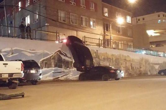Une voiture inoccupée est tombée de la rue... ((Courtoisie))