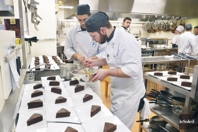 Les étudiants dressent les parts du dessert du... (Le Soleil, Jean-Marie Villeneuve)
