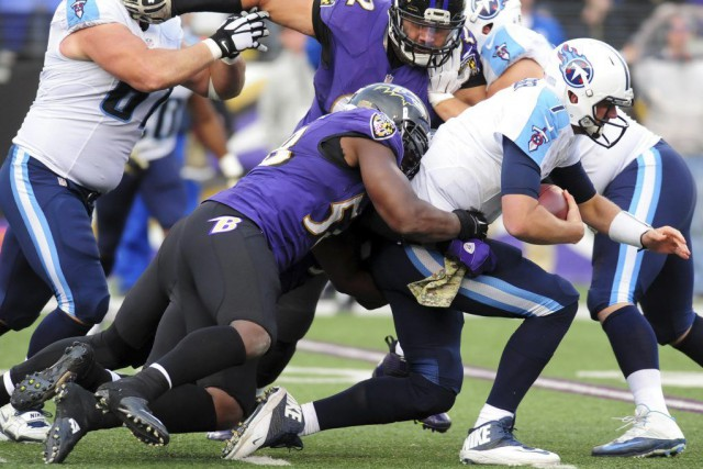 Elvis Dumervil (58) réussit un sac sur Zach... (PHOTO EVAN HABEEB, USA TODAY)