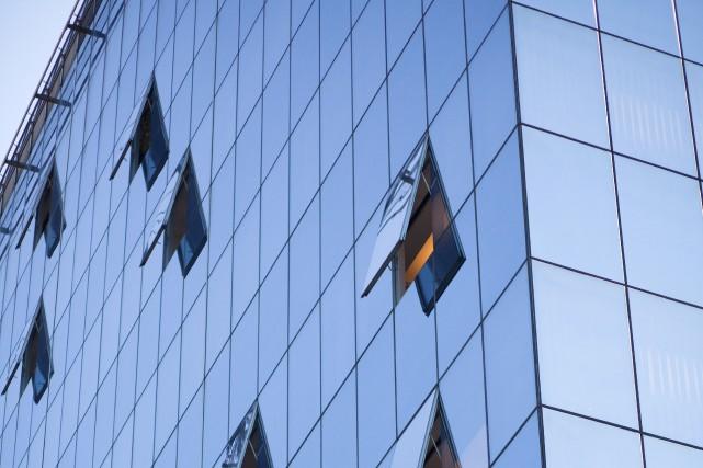 Un mur-rideau peut être constitué de fenêtres ou... (Shutterstock, aerogondo2)