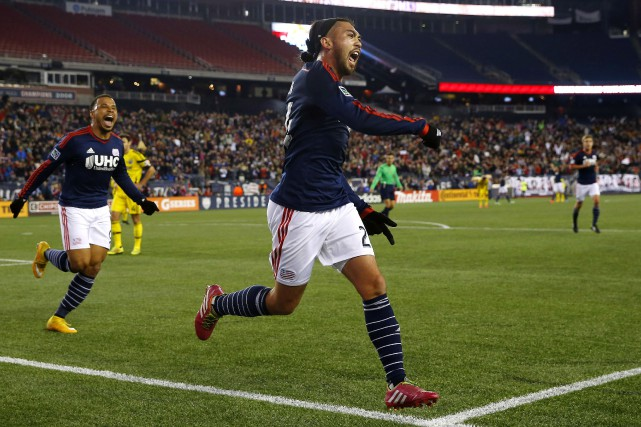 Lee Nguyen (au centre) du Revolution de la... (Photo Winslow Townson, USA Today Sports)