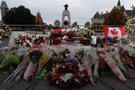 Les employés gouvernementaux ont enlevé les fleurs, les drapeaux et les animaux...