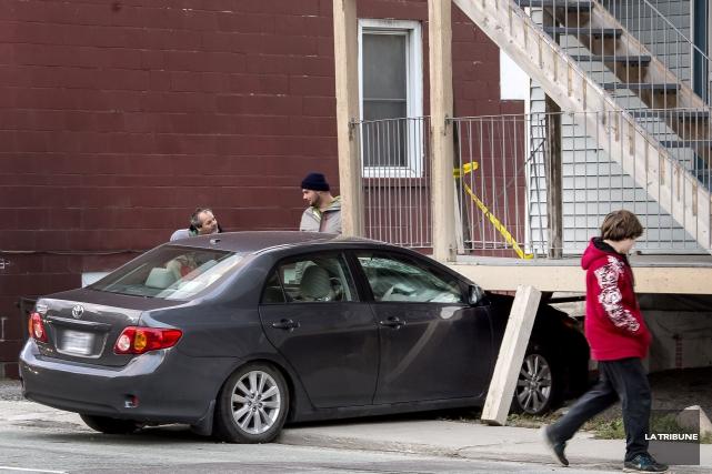 Une voiture a embouti le balcon du bloc appartement situé au 479 de la rue Galt... (IMACOM, Jocelyn Riendeau)