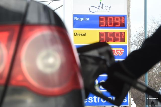 « Ne le dites pas, que l'essence est moins chère ici. C'est un secret! » (Imacom, Maxime Picard)