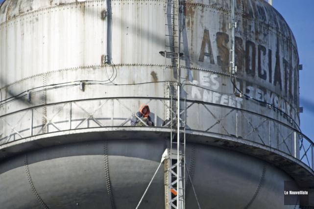 Michel Gélinas a grimpé sur le château d'eau... (Photo: Stéphane Lessard, Le Nouvelliste)