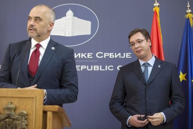 Le premier ministre serbe Aleksandar Vucic (à droite)... (PHOTO MARKO DJURICA, REUTERS)