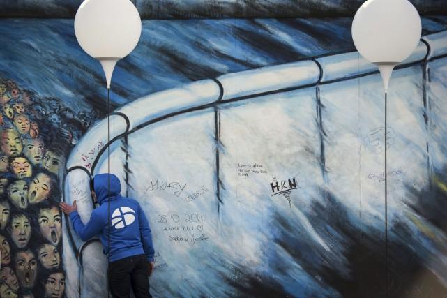 Un jeune homme se tient près d'une installation... (AFP, ODD ANDERSEN)